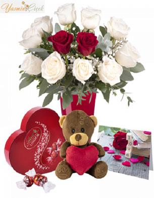 Sonsuz aşk: beyaz güller ve oyuncak ayı çikolata kutusu