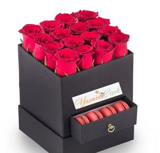 Kare Siyah Kutuda Kırmızı Güller ve Makaron